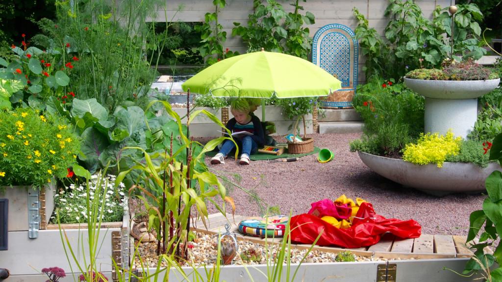Barnen läser under solskyddet